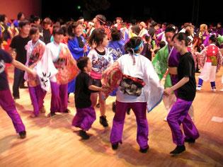 おひらきには、定番の総踊り。大ステージが人人人。チームが混じり合い、輪になって踊りました。