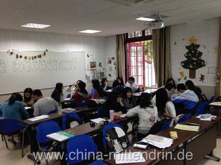 Studenten im 4. Semester bei der Gruppenarbeit.