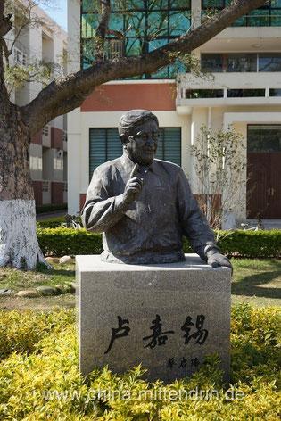 So stellt man sich in China einen guten Lehrer oder Dozenten vor: mit erhobenem Zeigefinger und immer auf Distanz zum Publikum, getrennt durch ein Rednerpult. Deutsche Gastdozenten lästern gerne über