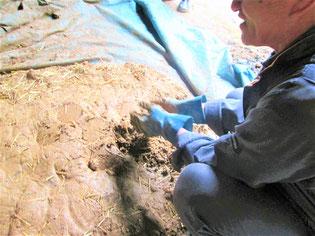 地元で採取した赤土に水と藁を混ぜる