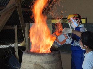 約5時間、1400~1500℃の炉に投入し続けます