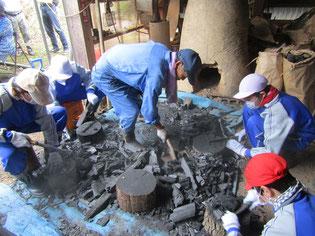木炭を切り、5cmほどの大きさに砕く