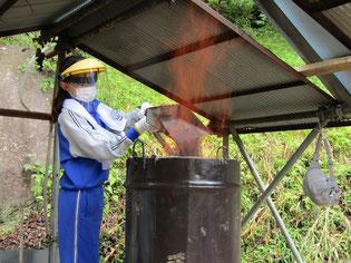 10分間隔で木炭と砂鉄を交互に溶解炉内に投入