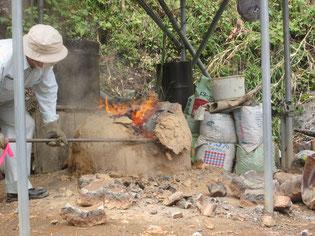 炎の残る炉を解体