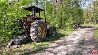 Épave de tracteur en fôret de Meudon sur la comune de Vélizy.
