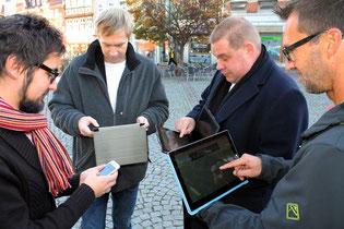 Foto v.l. : An die Tablets - fertig los: Andreas Warmbein, Immo Ulbricht, Wittich Schobert und Claudius Traumann testen den freien W-LAN-Empfang auf dem Helmstedter Marktplatz