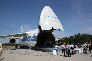 The An-124-100 freighter that had to be removed from Berlin's air show during Merkel's stay  /  source: hs