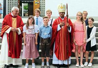 Pfarrer Häupl mit den sieben Firmlingen aus Ast.