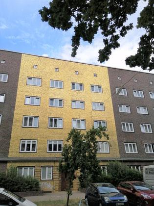 Fassade eines Wohnhauses in goldener Farbe