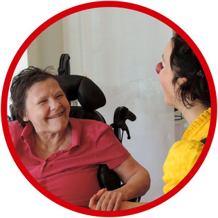 Die Bewohnerinnen des Seniorenstifts in Stuttgart genießen die Begegnungen mit der Klinikclownin Angelina Haug auf der Clownsvisite.