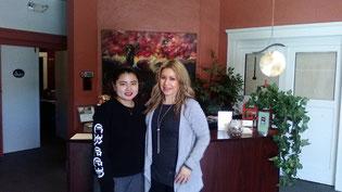 職場体験最終日の女子学生とヨガスパオーナーとの記念写真