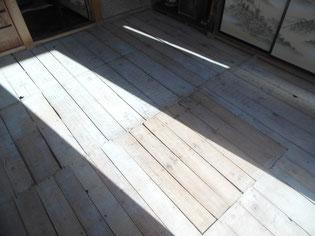 畳を上げて傷んだ床板の様子