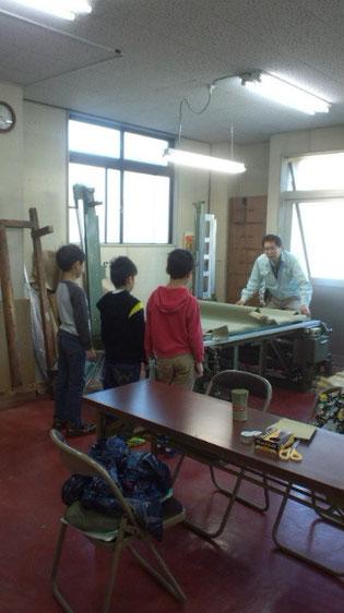 畳について「お仕事体験」をしに来てくれた近隣小学校の児童