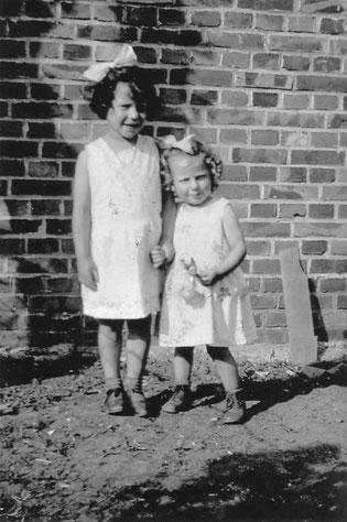 Das Foto zeigt die kleine Ruth gemeinsam mit ihrer vier Jahre älteren Schwester Gerda Irmgard.