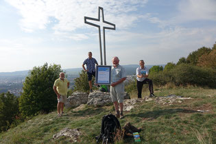 Freude über die Auszeichnung am Gipfelkreuz Wolfstein: Georg Ziegler, Andreas Schmidt, Michael Platzer und Rainer Seitz (von links) Foto: Dr. Franz Janka / Stadt Neumarkt