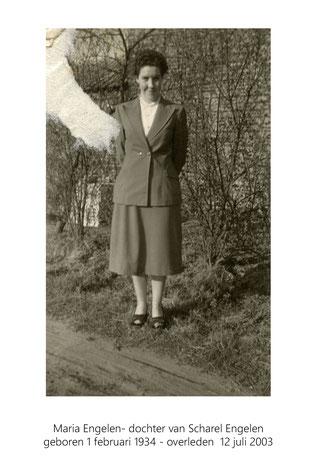 Een vrouw, Maria Engelen voor een boerderij met haag en voetpad. Zwart-wit foto.