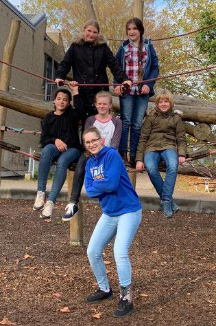 Posen nach dem ersten Saisonsieg: Die U12-Mädchen und ihre Trainerin freuten sich über eine starke Leistung. (Foto: Duderstadt)