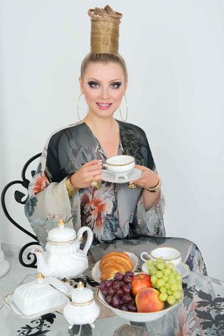 Lena Lenina vibiraet Weimar Porzellan ot internet magazina magnithous.ru