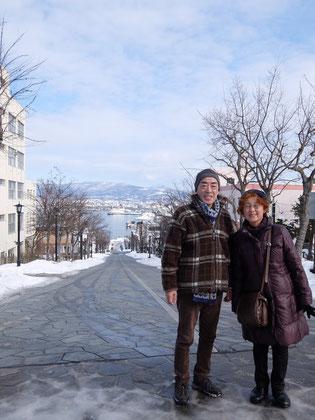 八幡坂より港町函館をのぞみます。映画のロケでよく使われていますね!
