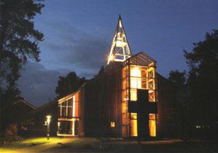 Die Eine-Welt-Kirche in der Dämmerung*