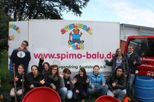 BALU in neuem Gewand – Ein Entwurf der FSP-Schüler/innen - Schüler und Schülerinnen der Fachschule Sozialpädagogik sowie Erika Schulz und Achim Biesenbach vom Stadtjugendring Buxtehude (rechts)