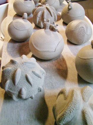 pots en cours de fabrication atelier simplement terre chloe bercovici