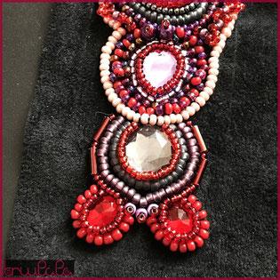 Perlenstickerei in verschiedenen Rottönen