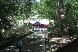 階段の上に鰐渕寺の本堂がある。