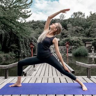 Yoga mit Sandra - Mondgruss Routine - Yoga Mindful Online Sessions copyright by zenspotting