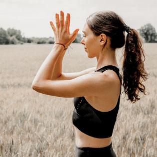 Yoga mit Franzi - Sonnengruss Routine  Mindful Sessions - Wunderbarer Start in den Morgen - Online Kurs copyright by zenspotting