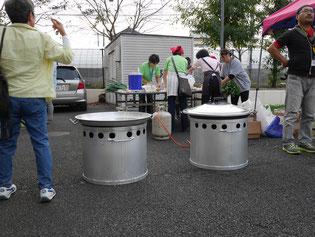 炊き出し用の巨大鍋とガスコンロ。災害時に都市ガスが止まっても、プロパンガスで調理可能です。