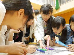 避難所HUGゲームに取り組む子どもたち。与えられる新たな課題に対し、意見を出し合いながら対応を考えます。