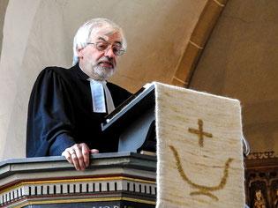 Klaus-Henning Dageförde in der Deckberger Kirche. - Foto: Kathy Büscher