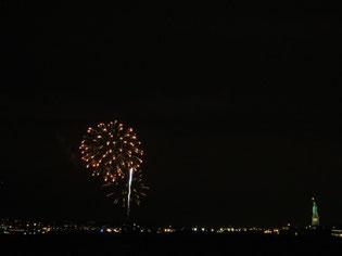 自由の女神像のあるリバティ島付近であがる新年の花火