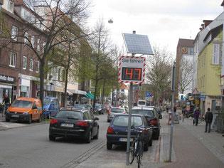 Tempo 30? Neues Anzeigegerät  in der Hemmstraße zeigt es.