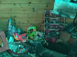 jouets sous les décombres contaminés par l'amiante