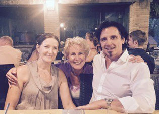 Margaret (links) und Glenn (rechts) Ceresoli mit Mariele Sibum-Berentelg (Mitte) | Yoga- Retreat Umbrien/Italien 2015