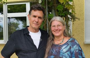 Der Gründer der Methode Walking-in-your-shoes, Joseph Culp, zusammen mit Ausbildungsleiterin Marianne Dietz-Grebe