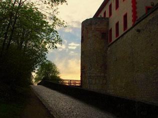 die Schatten lassen die Burgmauern unüberwindlich erscheinen