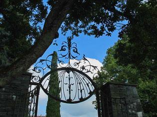 Eingang zum weitläufigen Schloss-Park