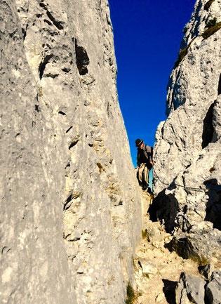 ein dickes Stahl-Seil sichert den Aufstieg zum Gipfel