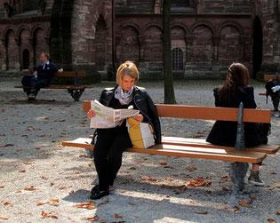 Lesepause im Garten des Münsters