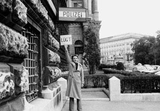 """Peter Weibel: """"Polizei lügt"""" (1972)"""