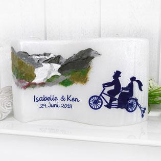 Hochzeitskerze mit Brautpaar, Hochzeitskerze Welle, Perlmuttkerze, Schweizer Berge, Fahrrad, Velo, Elisabeth Brückner
