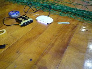 広い体育館の作業に小型バッテリーと専用LED