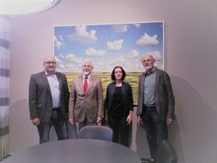 v.l.n.r. Jochen Eichhorn (Geschäftsführer der Emder Bau und Boden GmbH), Rechtsanwalt und Notar Dr. Bernd-R. Bessau (Emden), Anne Ignatzek (TuS Hinte-Vorsitzende) und Helmut Kohle (TuS Hinte-Geschäftsführer) nach der Kaufvertragsunterzeichnung