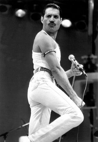 Freddie Mercury con i Queen al Live Aid (1985)