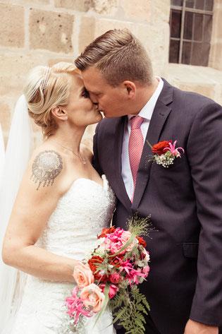 Brautpaar, Brautstrauß, Hochzeit, Kuss, Hochzeitsfotos, Hochzeitsfotograf, Fotograf für Hochzeiten, Heiraten 2018, Hochzeit 2018