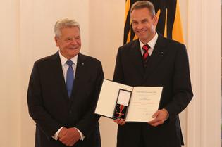 Former German President Joachim Gauck hands over Dr. Frank Husemann the Federal cross of Merit