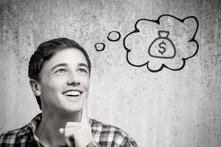 Sie sehen einen jungen Mann mit einer Gedankenblase, welche einen Geldsack beinhaltet - ein Sinnbild für die Situation vor der Gehaltsverhandlung.